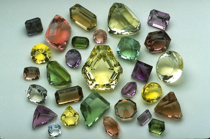 Разноцветные ограненные флюориты весом от 24 до 900 карата из США, Швейцарии, Испании, Кореи, Южной Африки, Намибии, Англии и Танзании. Фото: mnh.si.edu