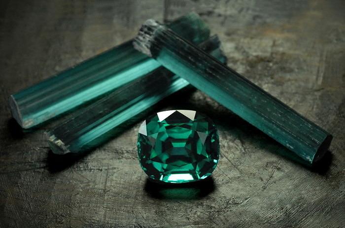 Кристаллы природного индиголита и натуральный ограненный индиголит. Фото: gemsbynomads.com