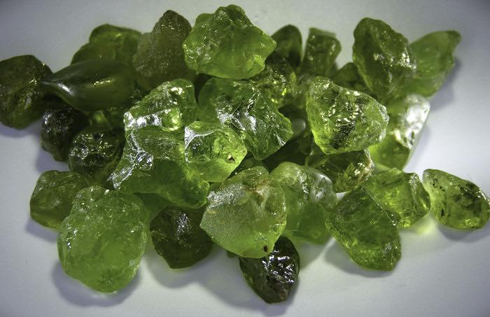 Натуральные необработанные хризолит. Фото: hashnustones.com