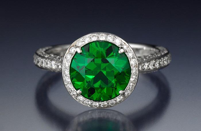 Кольцо с демантоидом и бриллиантами. Фото: gia.edu