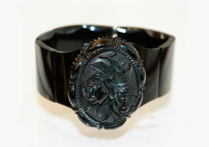 Старинный браслет викторианской эпохи с резным гагатом. Фото: kalmarantiques.com