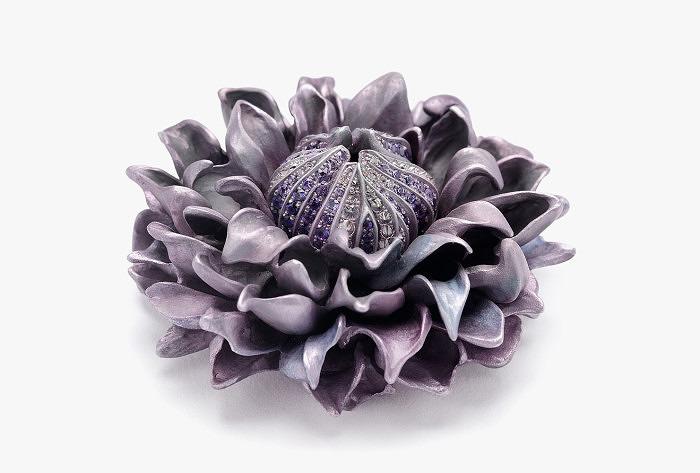 Брошь Hemmerle в виде цветка из алюминия с сапфирами и бриллиантами