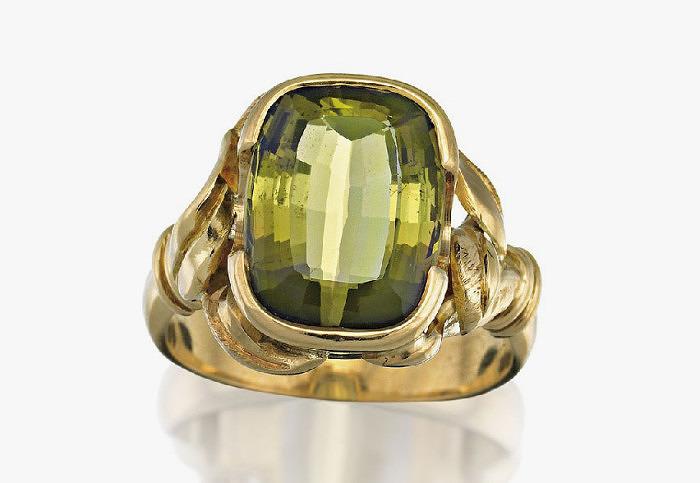 Кольцо из 18-каратного золото с андалузитом огранки «кушон» весом 5 карат. Фото: Sotheby's