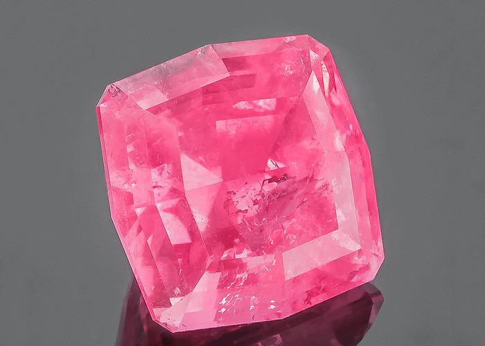 Ограненный розовый родохрозит. Фото: jtv.com