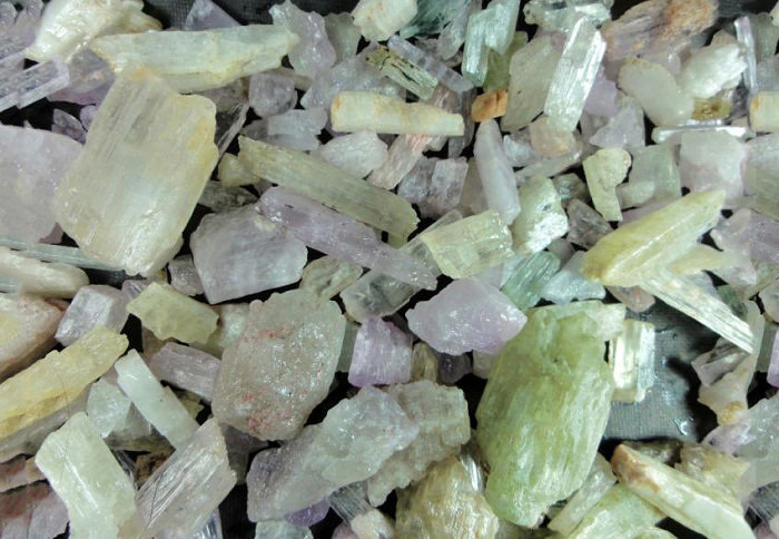 Необработанные кристаллы сподумена. Фото: listingfactoryhost.com