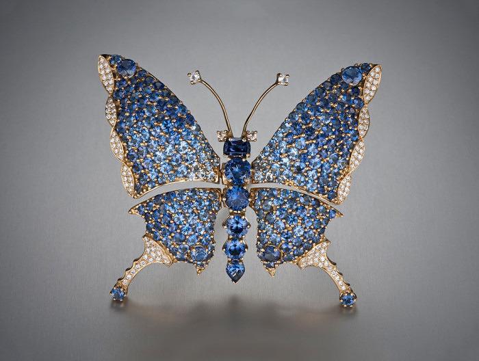 Бабочка, инкрустированная бенитоитами общим весом 34,67 карат. Фото: gemewizard.com