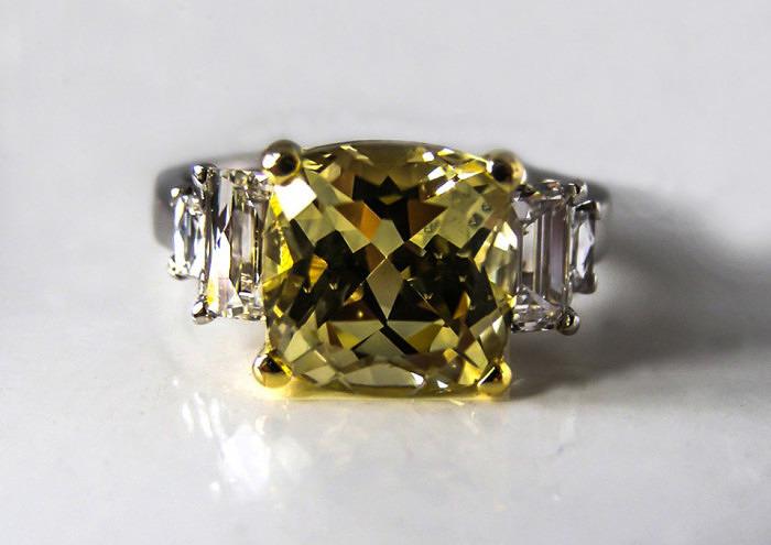 Кольцо с хризобериллом и бриллиантами. Фото: zoepook.com.au
