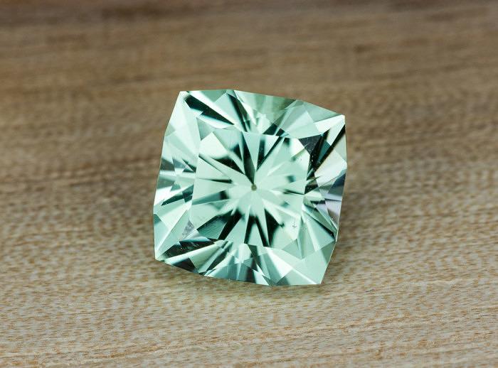 Мятно-зеленый 2-каратный сподумен-гидденит. Фото: earthtreasury.com
