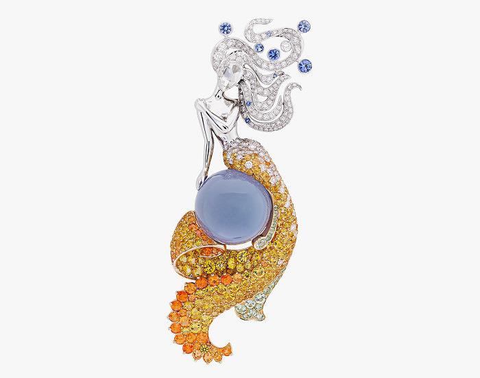 Брошь Feé des Mers с бриллиантами, голубыми и желтыми сапфирами, спессартинами, гроссулярами и халцедоном весом 23,64 карата