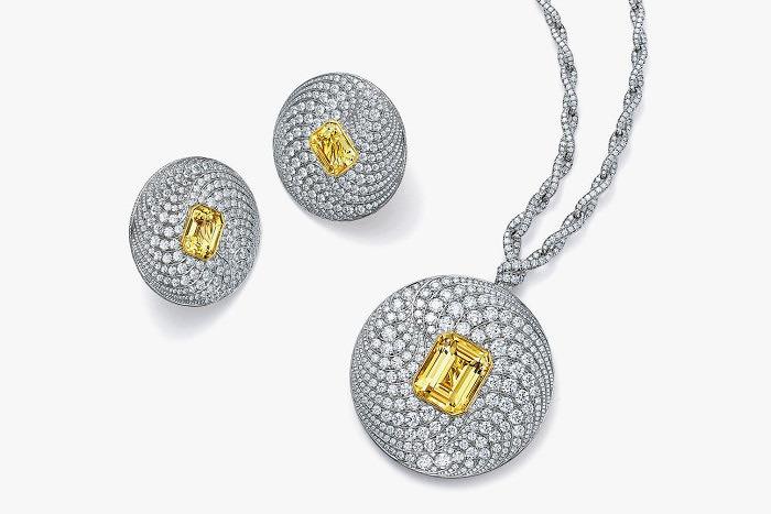 Серьги и подвеска с бриллиантами и желтыми сапфирами изумрудной огранки из коллекции Blue Book