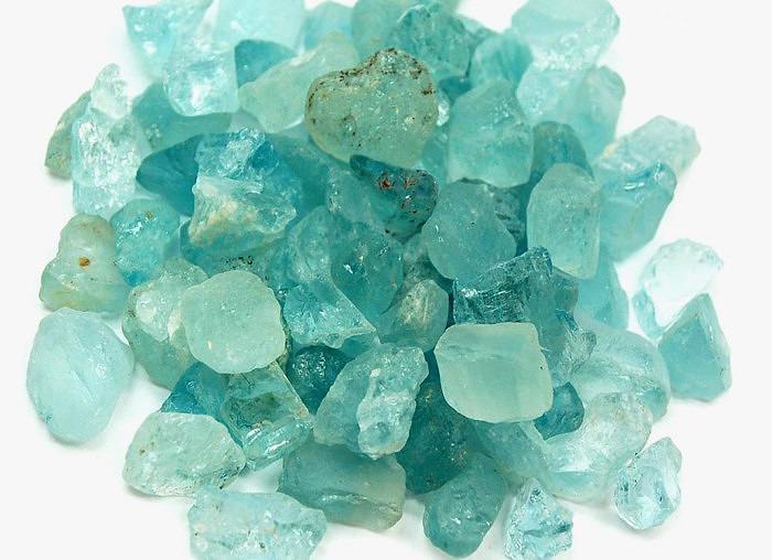 Куски необработанного натурального аквамарина. Фото: healingcrystals.com