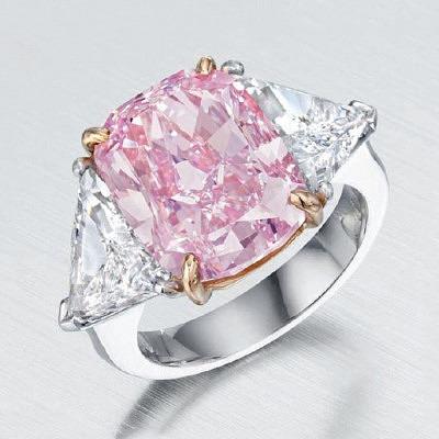 Кольцо с 10-каратным розовым бриллиантом и двумя бесцветными треугольными бриллиантами. Продано за 8,8 миллиона долларов