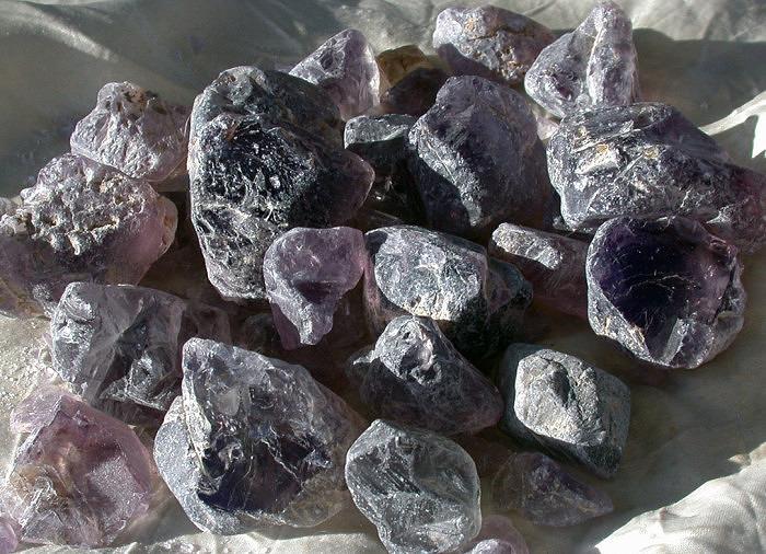 Неограненный куски натурального иолита. Фото: koalatcutgems.com