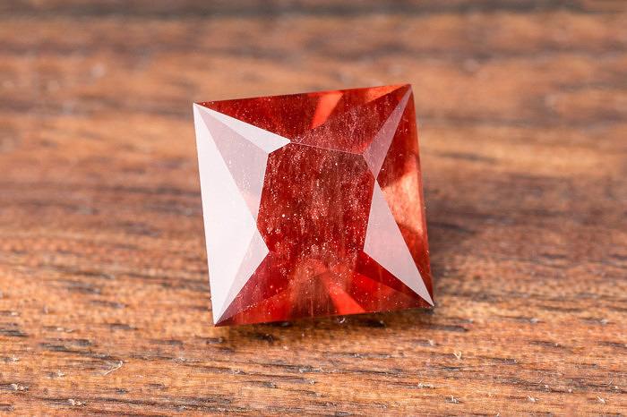 Ограненный солнечный камень. Фото: earthstreasury.com