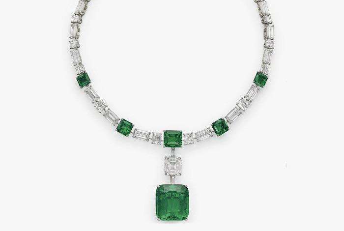 Колье Cartier длиной 38 см с бриллиантами и изумрудами, в том числе с отсоединяющимся изумрудом огранки «кушон» весом 39,7 карата. Предварительная стоимость от 2,6 до 3,6 миллионов долларов