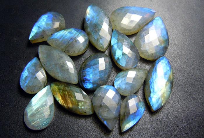 Ограненные камни лабрадора. Фото: www.mymisi.com