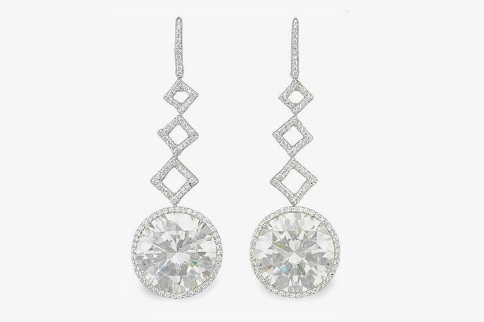 Пара эффектных серег с круглыми бриллиантами весом 20,55 и 20,30 карата. Проданы за 1,05 миллиона долларов