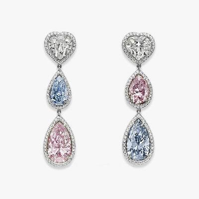 Серьги из платины и белого золота с бесцветными, голубыми и розовыми бриллиантами сердцевидной и грушевидной огранки. Предварительная стоимость от 5,5 до 6,6 миллионов долларов