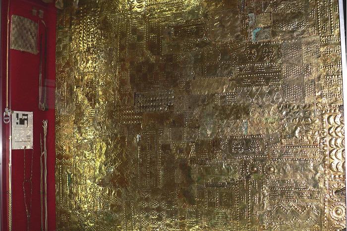 Золотая пластина для облицовки стены. Фото: Manuel González Olaechea, Музей золота Перу, Лима