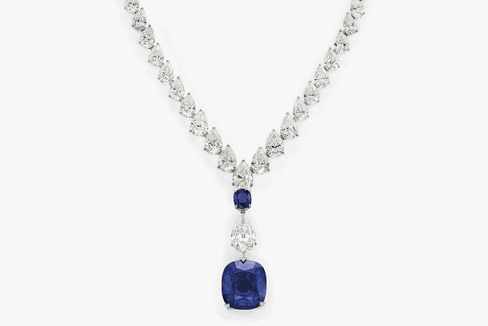 Колье Cartier из платины и белого золота с бриллиантами и сапфирами, в том числе с отсоединяющимся сапфиром весом 55,61 карата. Предварительная стоимость от 2,05 до 3,08 миллионов долларов