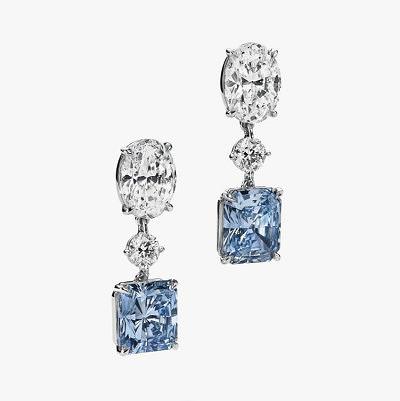 Платиновые серьги с прямоугольными голубыми, а также бесцветными круглыми и овальными бриллиантами. Предварительная стоимость от 3,6 до 5,6 миллионов долларов