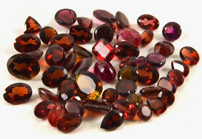 Ограненные гранаты. Фото: gemstonebuzz.com