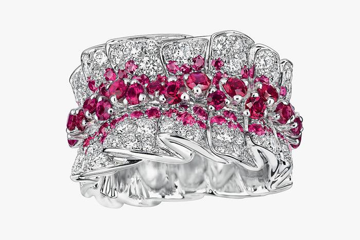 Кольцо Archi Dior Bar en Corolle с бриллиантами и рубинами в белом золоте