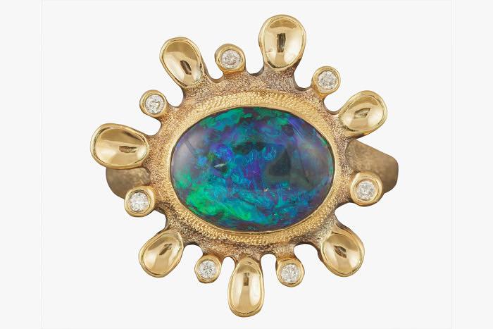 Золотое кольцо Audrius Krulis, напоминающее солнце, украшено овальным черным опалом весом 2,1 карата и 7 бриллиантами