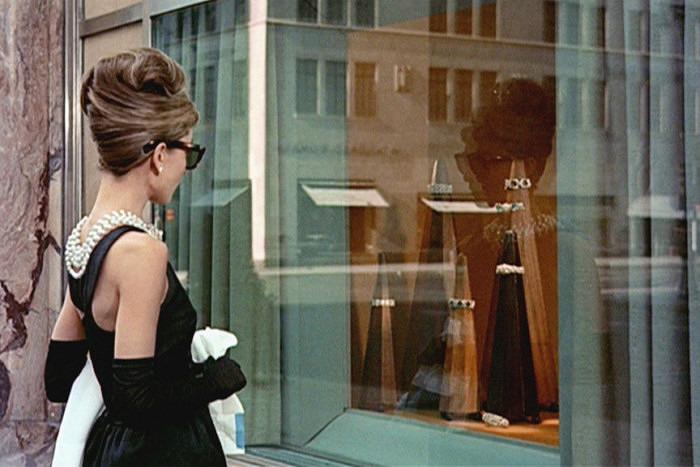 Одри Хэпберн у витрины магазина Tiffany & Co. в фильме «Завтрак у Тиффани»