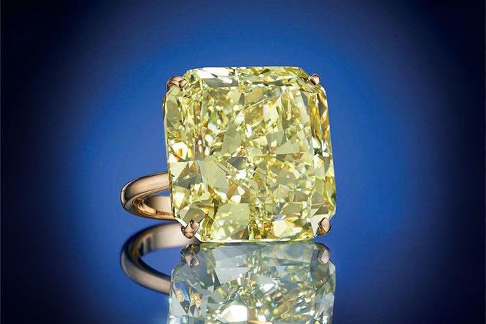 Квадратный фантазийный ярко-желтый бриллиант весом 51,06 карата, оправленный в 18-каратное золото ушел за 1,6 миллиона долларов.