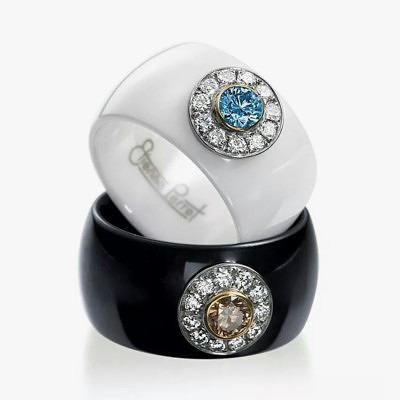 Кольца «Маргаритки» Этьена Перре (Etienne Perret): основа из черной и белой керамики, голубой и коньячный бриллианты в окружении 11 бесцветных бриллиантов