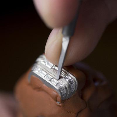 Инкрустация бриллиантов в корпус часов Reverso One High Jewelry от Jaeger-LeCoultre