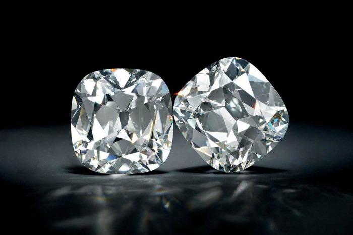 Серьги с двумя бриллиантами огранки «кушон» весом 21,21 и 21,8 карата каждый. Проданы за 1,325 миллиона долларов.