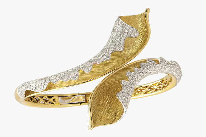 Браслет из желтого фактурного золота с бриллиантовыми волнами от Jyes International