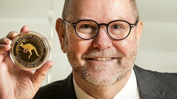 Исполнительный директор Perth Mint Ричард Хэйс держит в руках монету Kimberley Treasure
