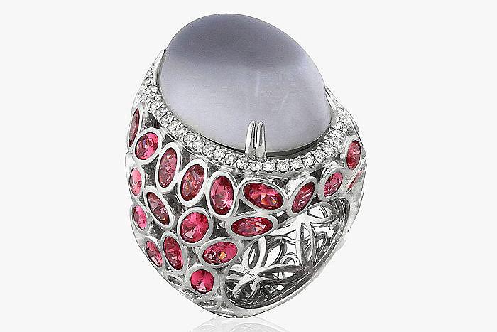 Кольцо от известного бренда Yael Designs, украшенное в центре крупным лунным камнем в окружении дорожки бриллиантов и россыпи шпинели