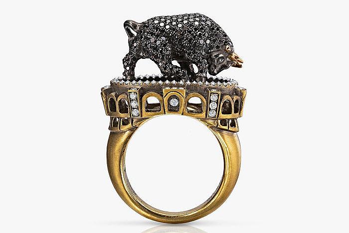 Кольцо «Бык и тореадор» от Wendy Brandes с 350 черными и 79 бесцветными бриллиантами в 18-каратном золоте. Бык расположился посреди арены, а вот тореадор спрятался внутри кольца