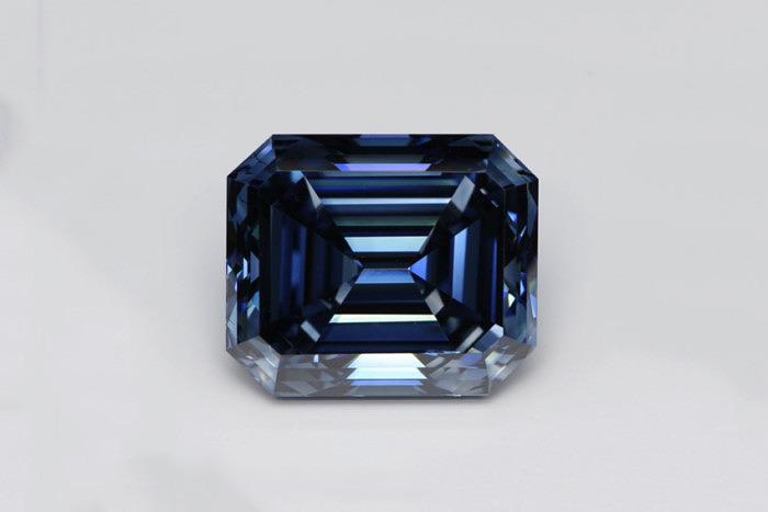 Самый большой в мире голубой синтетический бриллиант весом 10,07 карата