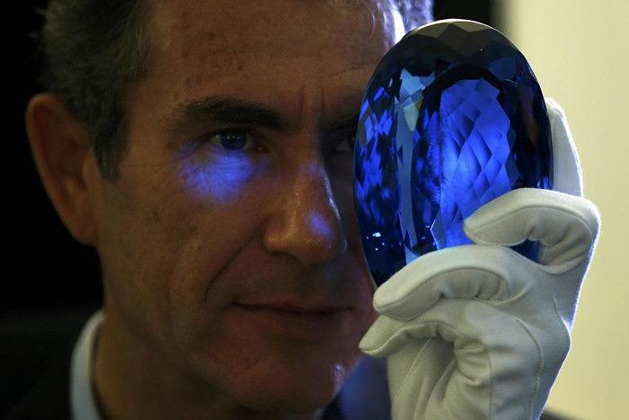 Морис Остро держит в руках топаз The Ostro Stone