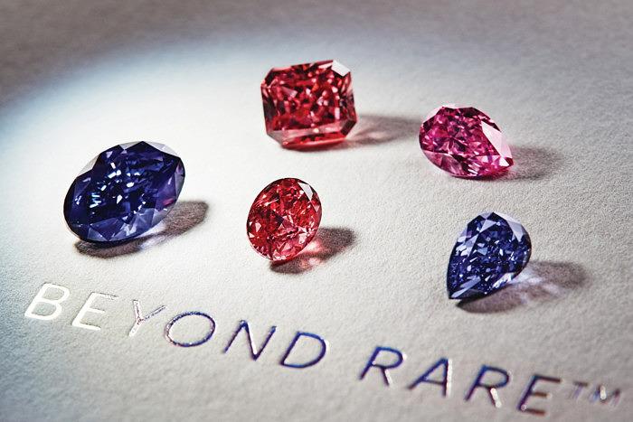 5 главных бриллиантов тендера Argyle Pink Diamonds 2016 года. Слева направо нижний ряд: овальный серовато-голубовато-фиолетовый бриллиант 2,83 карата Argyle Violet; овальный ярко-красный бриллиант 1,09 карата Argyle Aria; грушевидный темный серо-фиолетовый бриллиант 1,11 карата Argyle Ultra. Сверху: квадратный (радиант) красно-розовый бриллиант 2,24 карата Argyle Thea; грушевидный сиреневато-розовый бриллиант 1,21 карата Argyle Viva