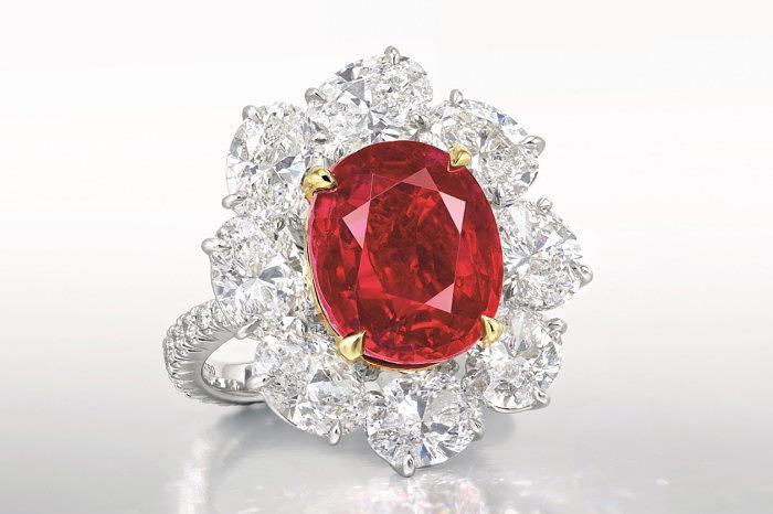 Кольцо с рубином Ratnaraj весом 10,05 карата в окружении бриллиантов. Фото: Christie's