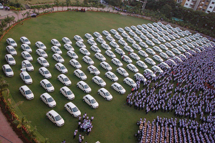 Одна из церемоний вручения подарков сотрудникам Hari Krishna Exports. 2014 год.