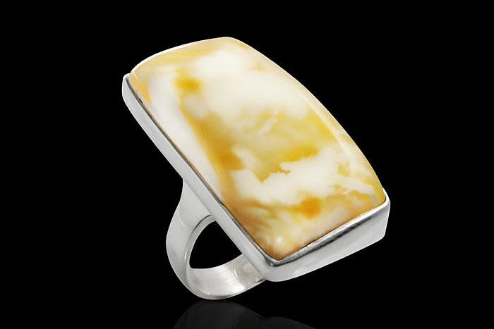 Серебряное кольцо с белым балтийским янтарем. Фото: gemselement.com
