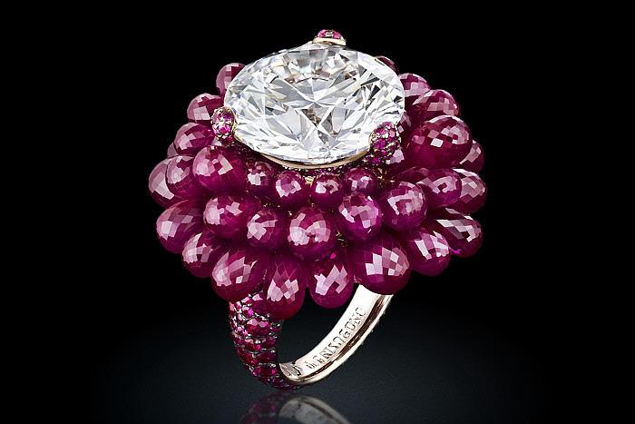 Кольцо Folies от de Grisogono с бриллиантом, окруженным рубинами огранки «бриолет»