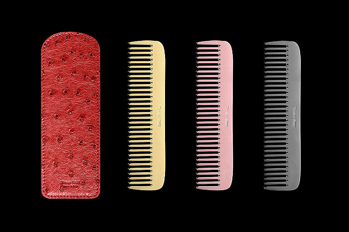 Слева направо: красный чехол из страусиной кожи, гребень из желтого золота, гребень из розового золота, гребень из серебра с покрытием из черного родия. Коллекция Pantheon от Tomas Veres