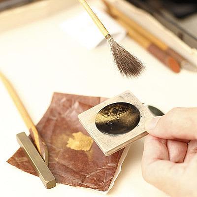 Часы Chopard LUC XP Urushi. Циферблат посыпается золотой пылью