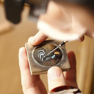 Часы Chopard LUC XP Urushi. Художник вручную наносит рисунок