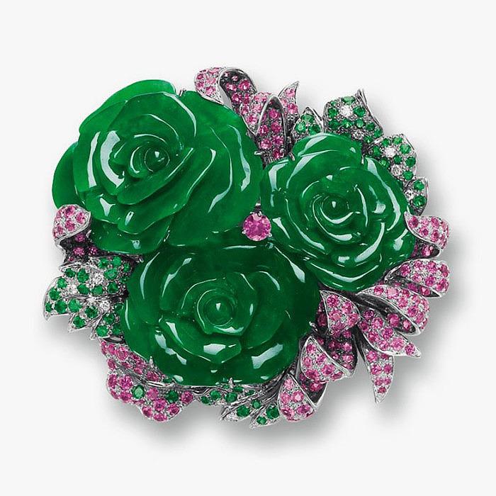 Брошь-кулон с резными розами из жадеита, украшенными сапфирами, цаворитами и бриллиантами