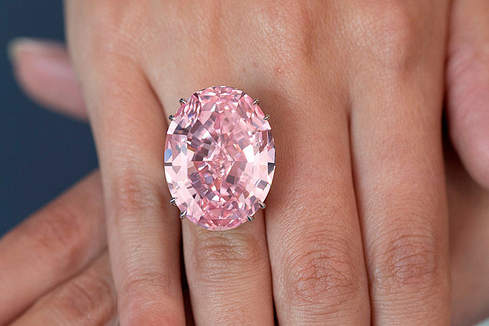 Бриллиант Pink Star весом 56 карат. На руке