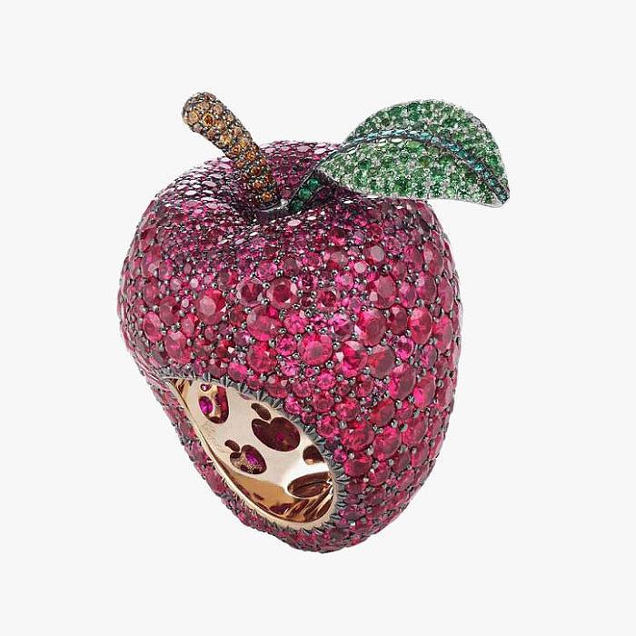 Кольцо в виде яблока отравившего Белоснежку c рубинами и изумрудами от Chopard